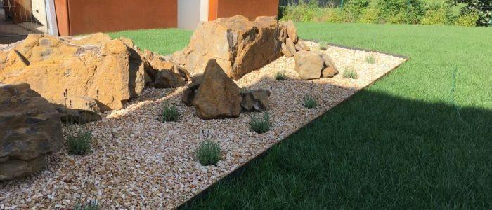 Neugestaltung einer Gartenanlage mit Rollrasenverlegung, Kiesbeeten und Maulwurfschutz, Dirk Prothmann Garten- und Landschaftsbau, Hille
